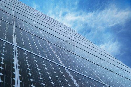 Foto de Tecnología de energía alternativa de panel solar con cielo - Imagen libre de derechos