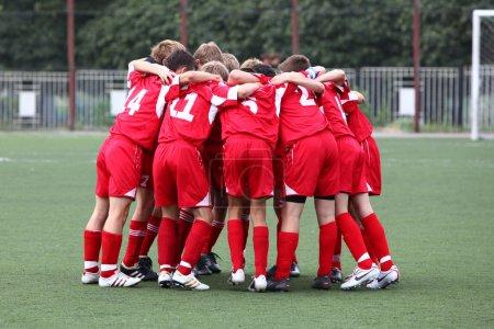 Photo pour Footbal kinder équipe il uniforme rouge - image libre de droit