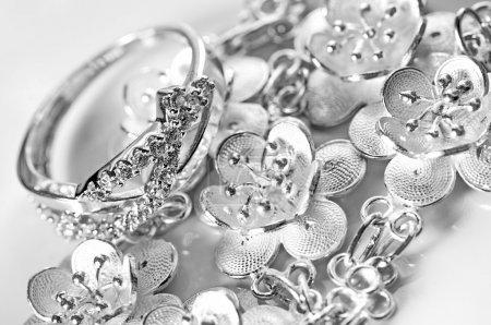 Photo pour Bague bijoux en or blanc et bracelet en fond blanc - image libre de droit