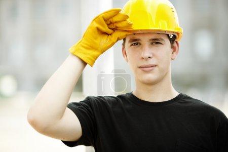 Photo pour Jeune travailleur sur le chantier de construction, la mise au point sélective sur le visage - image libre de droit