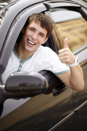 Photo pour Pilote chez les adolescentes dans la bonne humeur avec la voiture noire, mise au point sélective sur les yeux - image libre de droit