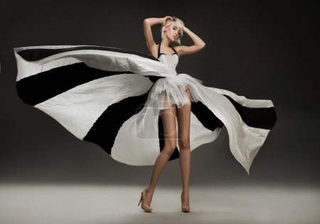 Photo pour Belle blonde en robe merveilleuse - image libre de droit