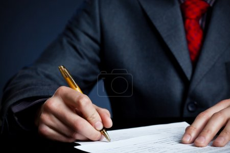 Photo pour Main d'homme d'affaires avec stylo signature contrat - image libre de droit