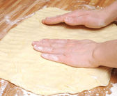 Příprava těsto na pizzu v kuchyni