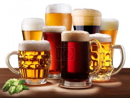 Foto de Bodegón con vasos de cerveza. sobre un fondo blanco - Imagen libre de derechos