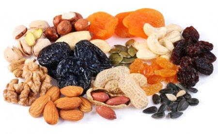 Foto de Grupo de diferentes frutas secas y nueces sobre un fondo blanco - Imagen libre de derechos