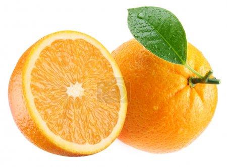 Photo pour Orange mûre et sa moitié avec la feuille. isolé sur un blanc. - image libre de droit