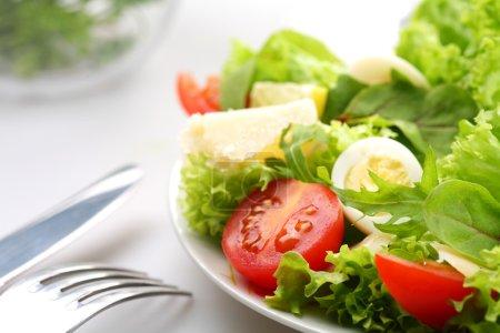 Photo pour Salade de tomates et œuf de caille - image libre de droit