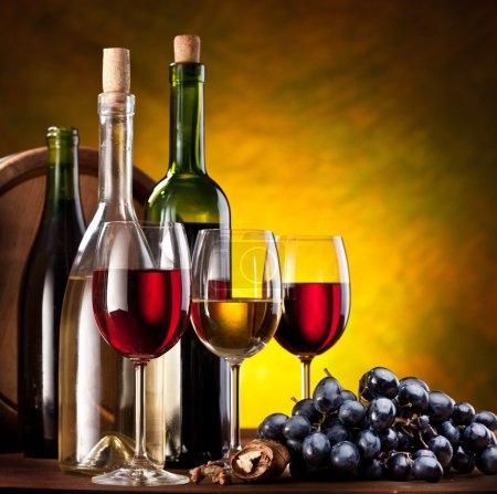 Photo pour Nature morte avec des bouteilles de vin et les verres - image libre de droit