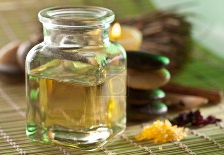 Photo pour Nature morte avec de l'huile de massage dans le salon spa - image libre de droit