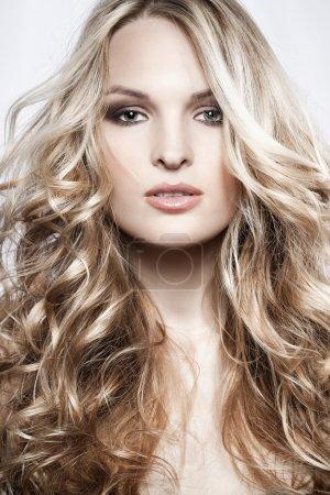 Photo pour Mode portrait d'une femme sexy avec une coiffure originale et un maquillage - image libre de droit