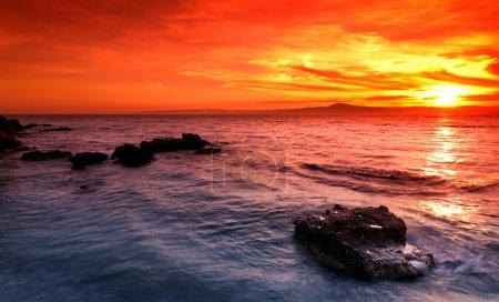 Photo pour Photo d'un coucher de soleil incroyable sur un paysage marin rocheux dans le sud de la Grèce - image libre de droit