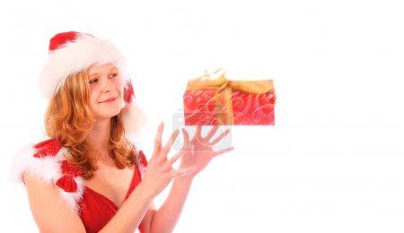 Photo pour Miss Père Noël est heureux d'attraper une boîte-cadeau rouge - boîte-cadeau a flou mouvement - image libre de droit