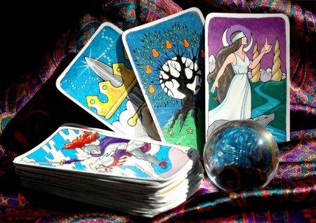 Photo pour Mes cartes de tarot dessinés à la main et une boule de cristal - image libre de droit