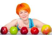 souriant apple choisissant de cheveux rouge femme