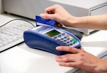 Foto de Momento de pago con tarjeta de crédito a través de terminal - Imagen libre de derechos