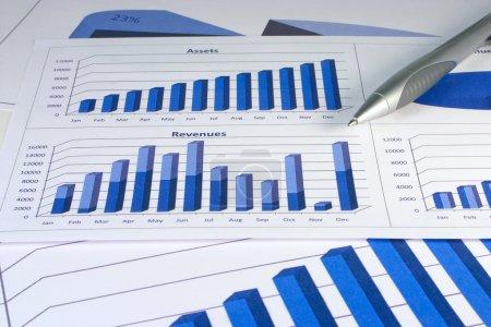 Photo pour Tableaux de gestion financière de couleur bleu corporatif - image libre de droit