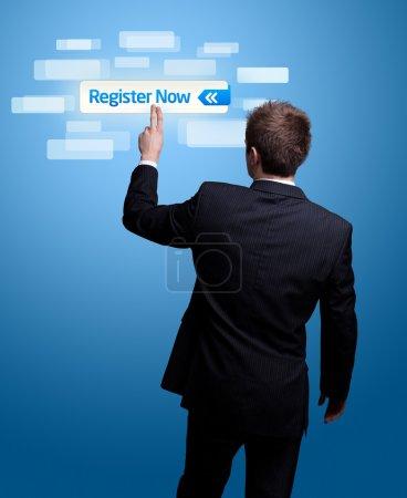 Photo pour Businessman main appuyant sur le bouton s'inscrire maintenant . - image libre de droit