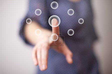 Photo pour Main femme appuyant sur le bouton numérique - image libre de droit