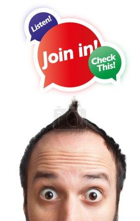 Photo pour Jeune homme avec jointure en marque au-dessus de sa tête, isolé sur fond blanc - image libre de droit
