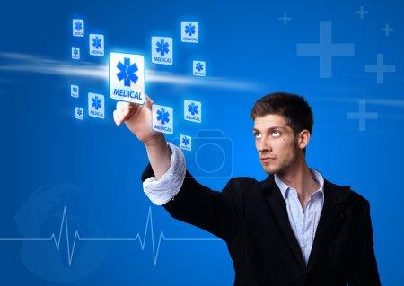 Photo pour Médecin appuyant sur le bouton numérique (thème médical  ) - image libre de droit