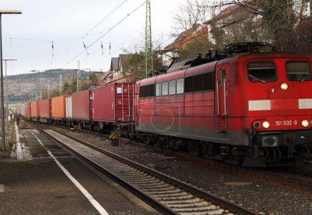 Photo pour Transport ferroviaire, conteneurs d'expédition, réservoirs de carburant - image libre de droit