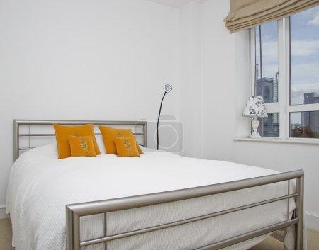 Photo pour Gros plan d'un lit double avec coussins décoratifs - image libre de droit