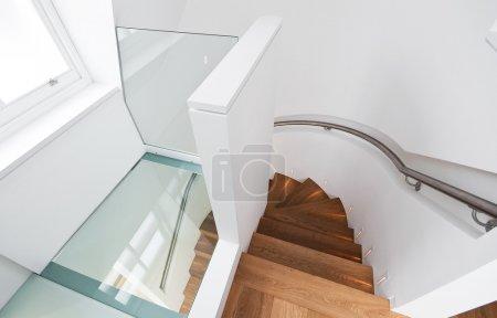 Photo pour Étonnant escalier en bois avec verre étage palier - image libre de droit