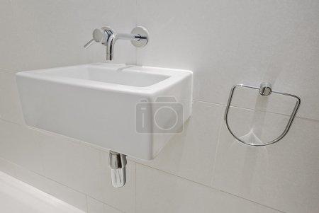 Photo pour Lavabo moderne de forme carrée dans une salle de repos petite taille - image libre de droit