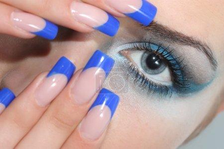 Photo pour Jeune femme avec beaux ongles - image libre de droit