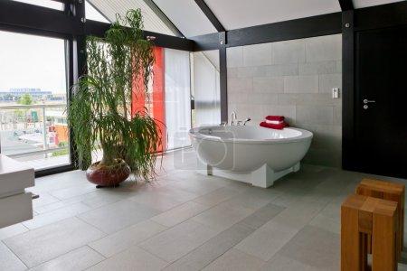 Photo pour Bel intérieur de salle de bains moderne - image libre de droit