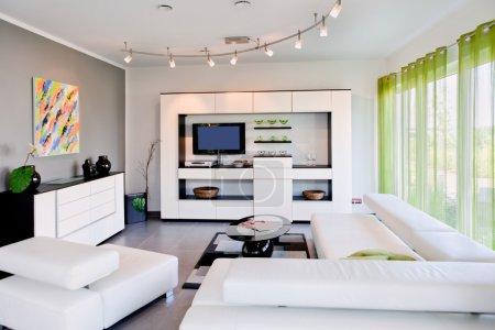 Photo pour Maison moderne, salon avec le mobilier moderne - image libre de droit