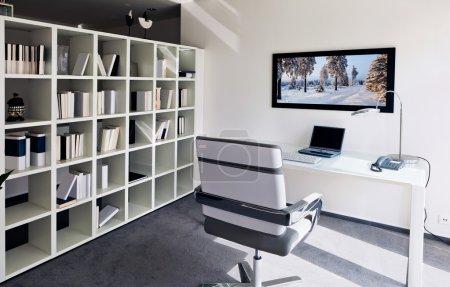 Photo pour Intérieur moderne du bureau à domicile - image libre de droit