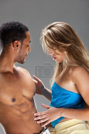 Photo pour Danseurs de salsa, blonde femme blanche et homme noir - image libre de droit