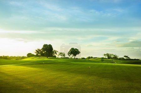 Photo pour Un beau parcours de golf aux Philippines au coucher du soleil - image libre de droit