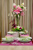 Luxusně kryté jídelní stůl