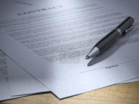 Photo pour Gros plan d'un stylo sur un contrat à signer. - image libre de droit