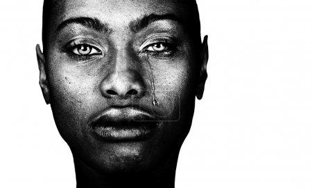 Foto de Una imagen impactante de una mujer americana afro llorando - Imagen libre de derechos