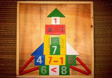 Foto de Sistema del juguete de matemáticas de diferentes formas geométricas y cálculos un poco. - Imagen libre de derechos