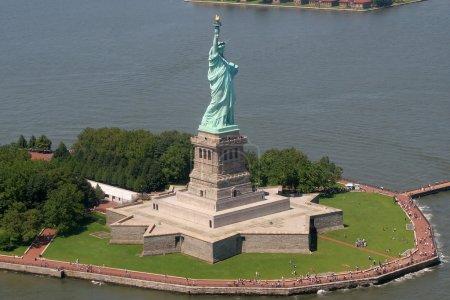 Photo pour Statue de la liberté prise de l'hélicoptère - image libre de droit