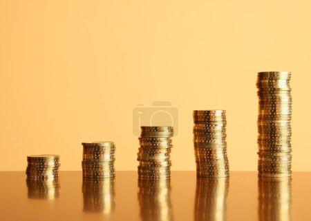 Photo pour Tours de pièces d'or sur la table - image libre de droit