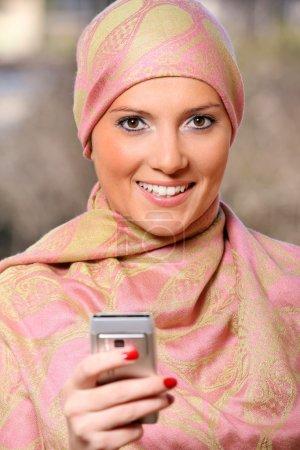 Photo pour Portrait d'une femme arabe qui a réussi à utiliser le téléphone portable - image libre de droit