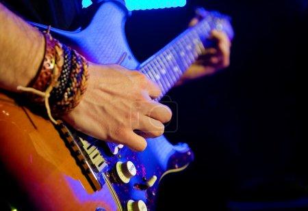 Photo pour Image de la musique live avec guitare en premier plan - image libre de droit