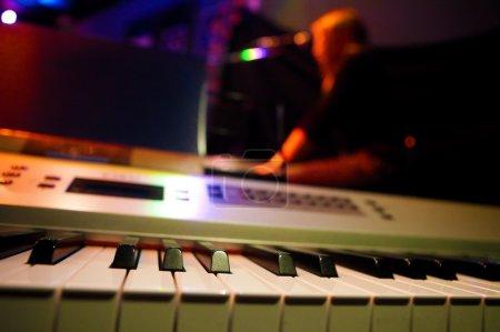Photo pour Fond de musique avec piano et chanteuse - image libre de droit