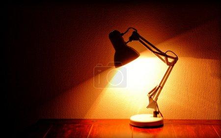 Photo pour Lit permanent de lampe architecte sur une table - image libre de droit