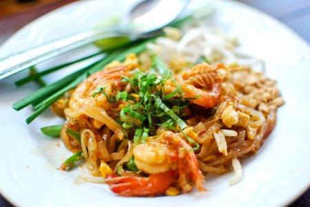 Photo pour Nouilles de style thaïlandais aux crevettes fraîches, Pad thai, Thaïlande - image libre de droit