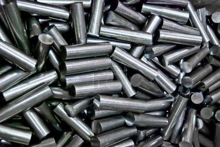Haufen Metallrohre in Fabrik