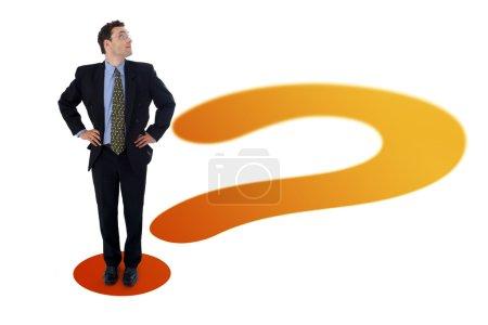 Photo pour Homme debout sur le point d'interrogation, recherchant un produit imaginaire (votre custom), texte ou tout ce que vous mettez là - image libre de droit