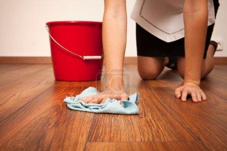 Foto de Limpieza del piso con paño azul mujer - Imagen libre de derechos