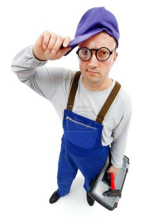 Photo pour Vue grand angle d'un réparateur gênant avec marteau et boîte à outils - image libre de droit
